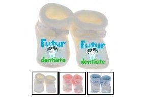 Chaussons de bébé futur dentiste souriant