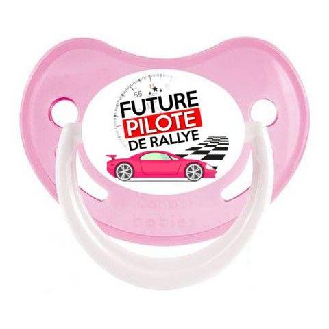 Tétine de bébé futur pilote de rallye